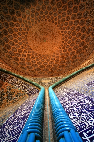 Wall decoration and dome of Sheikh Lotfollah Mosque, Isfahan. Photo by Alessandro Longhi.